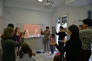 Los padres y sus hijos practican juntos inglés en BLS