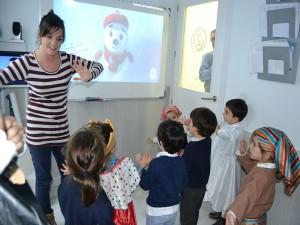 Bailando y cantando en inglés Little Snowflake los niños de 3 y 4 años